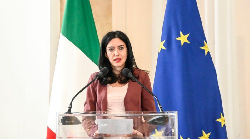 Scuola, Azzolina lancia una frecciata a Salvini. Le linee guida