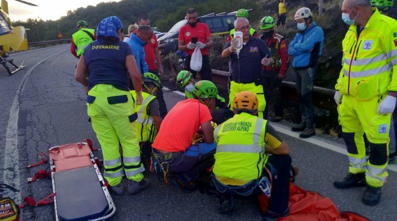 Intervento di soccorso di un turista precipitato all'interno della Grotta dei 'Tre livelli', nel versante sud dell'Etna