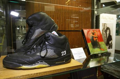 Scarpe di Michael Jordan all'asta per 615.000 dollari, record