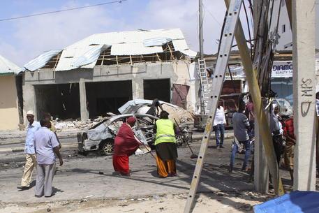 Somalia: autobomba in una base militare, 7 morti