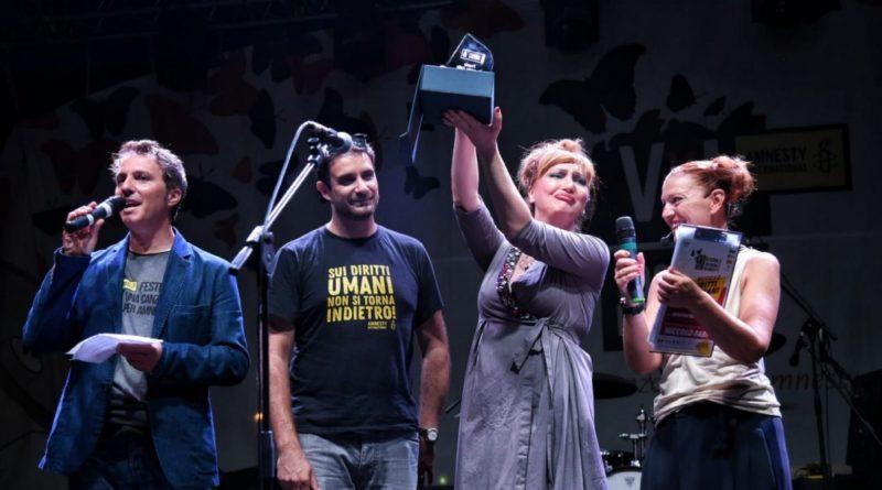 """Premio Amnesty a H.E.R. con """"Il mondo non cambia mai"""", contro le discriminazioni"""