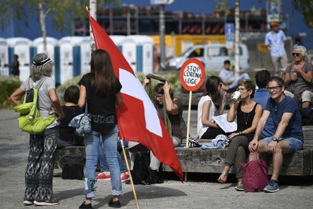 Coronavirus: 500 no-mask manifestano in piazza a Zurigo