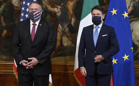 Mike Pompeo arrivato a Roma, vede Conte e Di Maio. Scontro tra gli Usa e il Vaticano