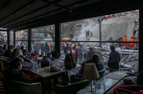 Terremoto tra Grecia e Turchia di magnitudo 7, morti salgono a 26. Si scava tra le macerie