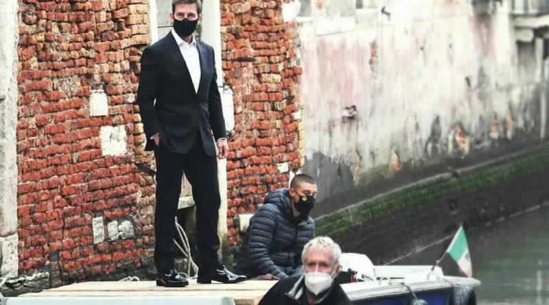 Tom Cruise a passeggio per Venezia con mascherina firmata Antonia Sautter