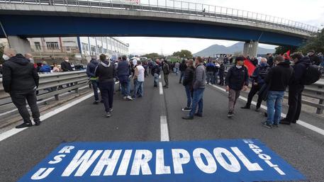 Whirlpool: operai lasciano autostrada, si spostano in città