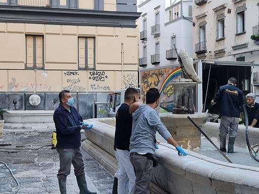 """A Forcella, pulizia e manutenzione delle storiche fontane della """"Scapigliata"""" e del """"Capone"""""""