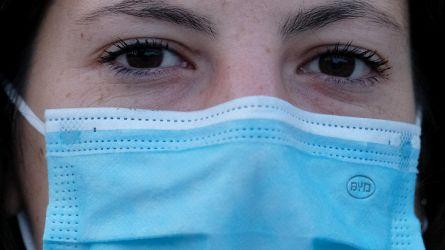 Le mascherine contengono grandi quantità di titanio cancerogeno: la denuncia di Adiconsum