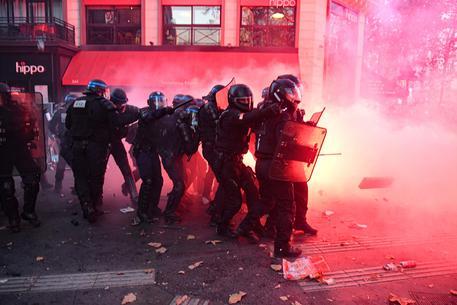 Parigi, disordini alla Marcia per le libertà. Scontri alla Bastiglia