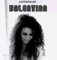 Il cantautore psichedelico torna con un nuovo singolo, la barrettiana 'Valentina'