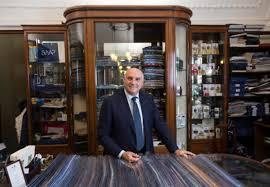 Napoli tra zona rossa e Maurizio Marinella che vende una cravatta a un giornalista…