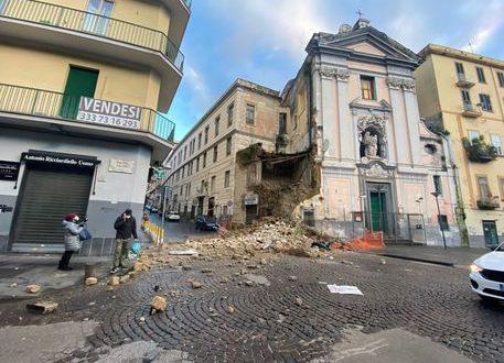 Napoli: crollo parziale di una chiesa in centro