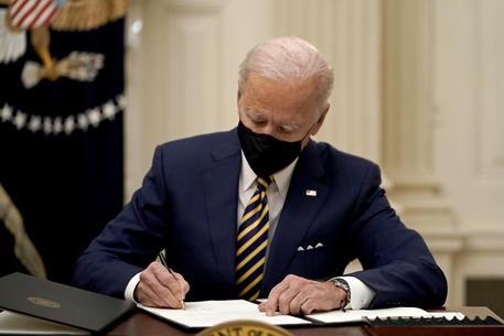 Biden accelera, vaccini per 300 milioni di americani