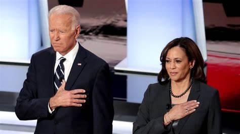 Biden-Harris parlano a fiaccolata sul Mall per vittime Covid