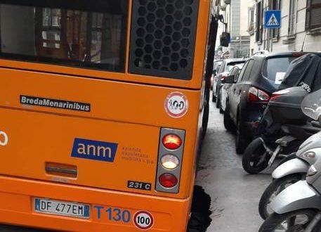 Bus sprofonda in voragine a Napoli, paura passeggeri e autista