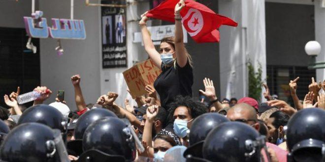 Tunisia. Il presidente sospende il Parlamento per 30 giorni e licenzia il premier. Saied: Non è colpo di Stato